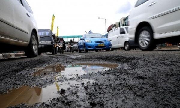 Warga Keluhkan Jalan Rusak Antara Sukabumi-Bogor