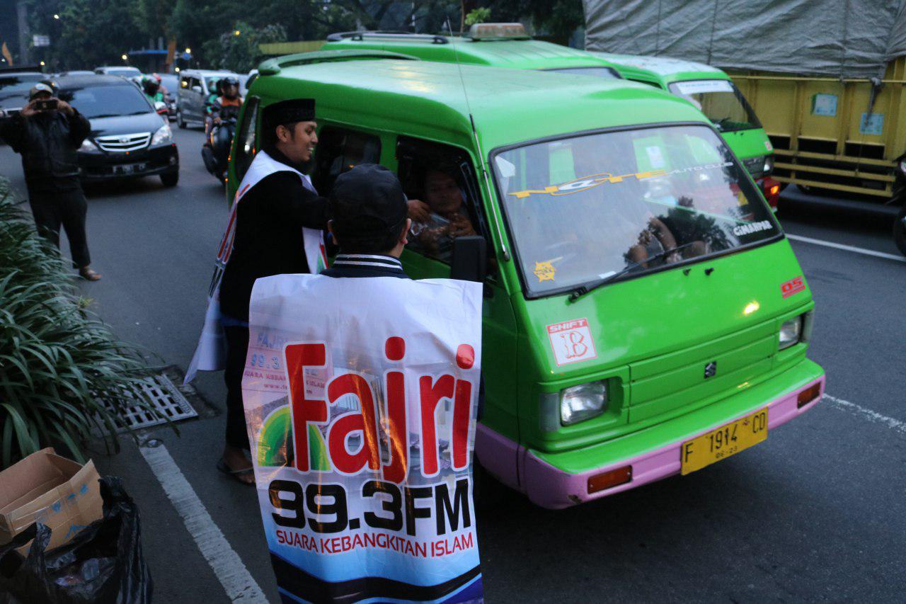 Ta'jil On The Road HASMI – Pembagian Paket Berbuka Bagi Pengguna Jalan