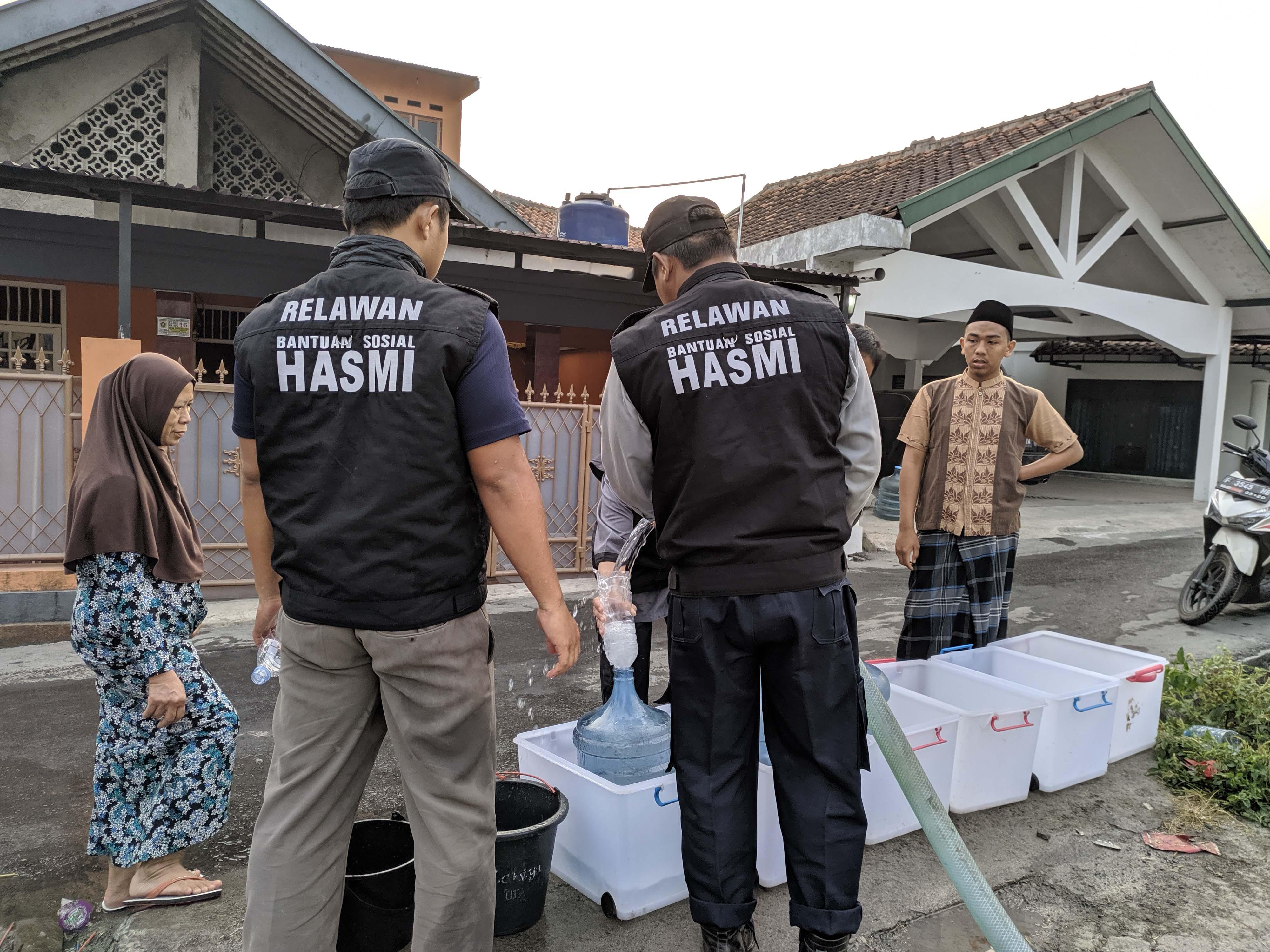 HASMI Bantu Warga Kp Cimanglid yang Kekurangan Air Bersih