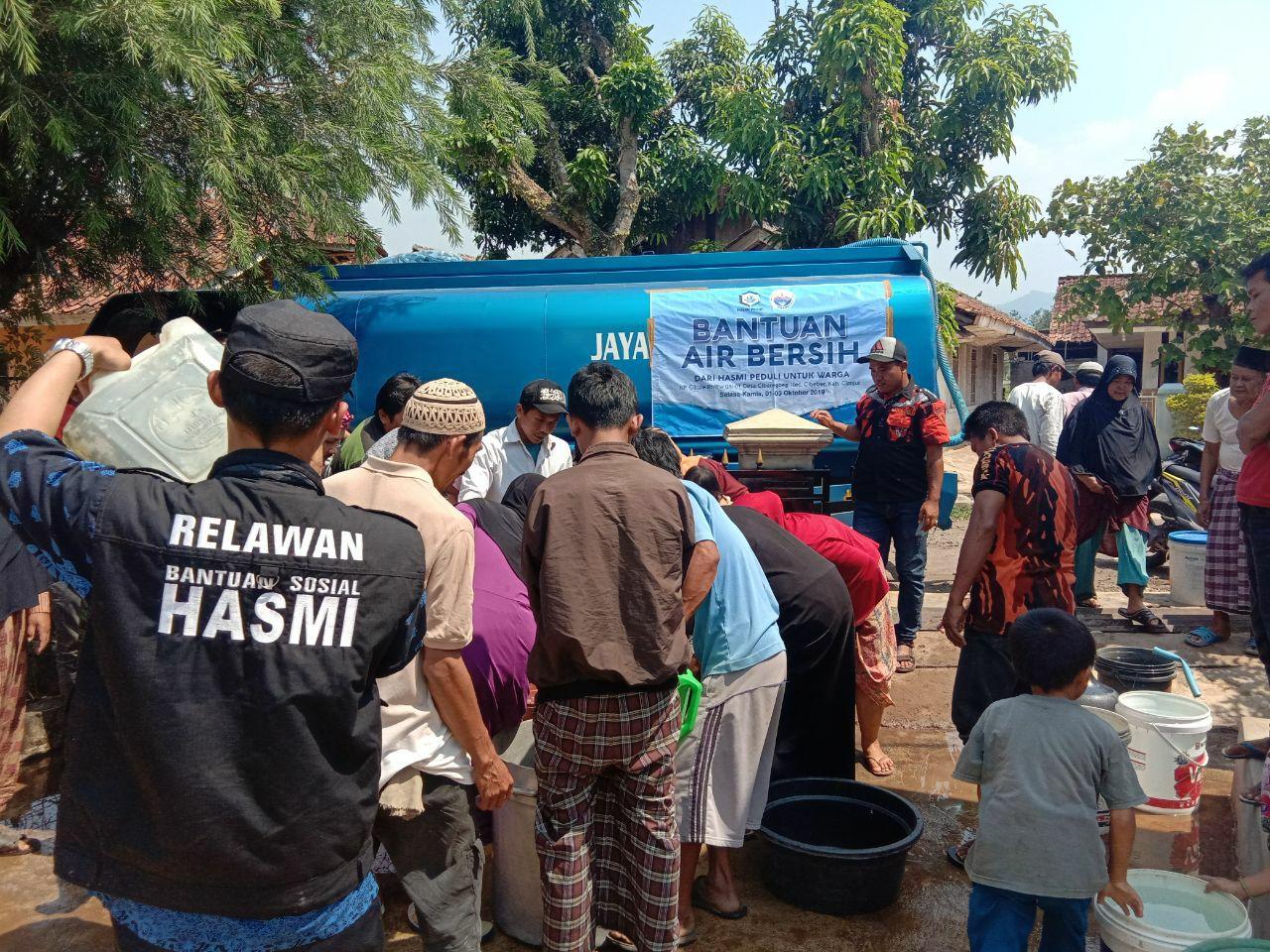 HASMI Bagikan Air Bersih Kepada Warga Kp Cibaregbeg – Cianjur
