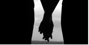 Bolehkah Suami Istri Bergandengan Tangan di Depan Umum ?