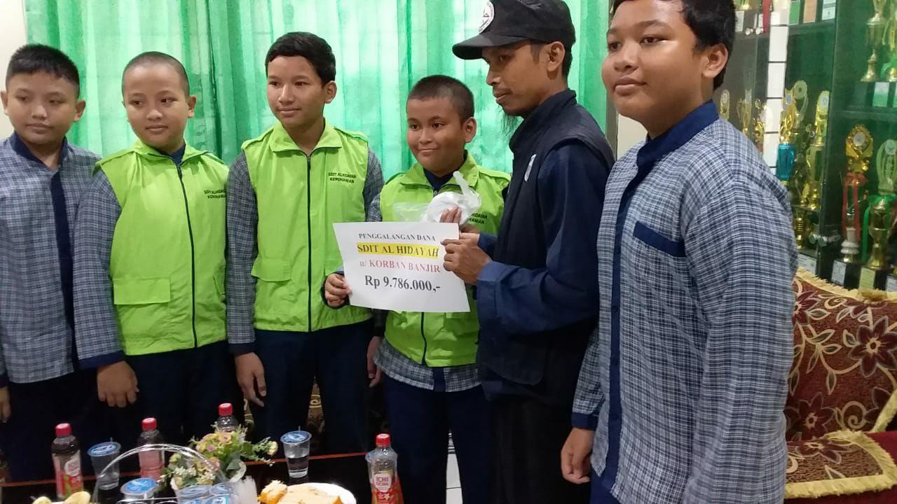 Sisihkan Uang Jajan, Siswa SDIT Al Hidayah Cibinong Bantu Korban Banjir