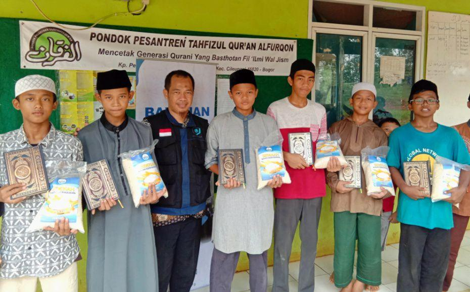 HASMI Peduli Santri Penghafal Al Qur'an di Kampung Peundeuy