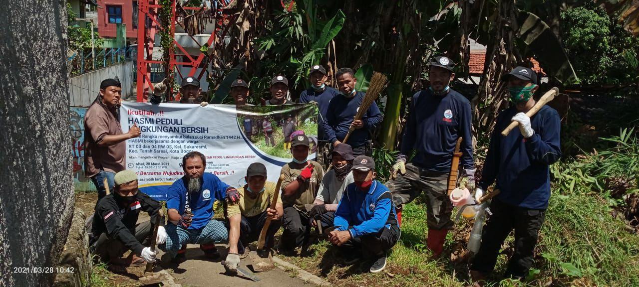 HASMI bersama Warga Bersih-bersih Lingkungan di Kelurahan Sukaresmi