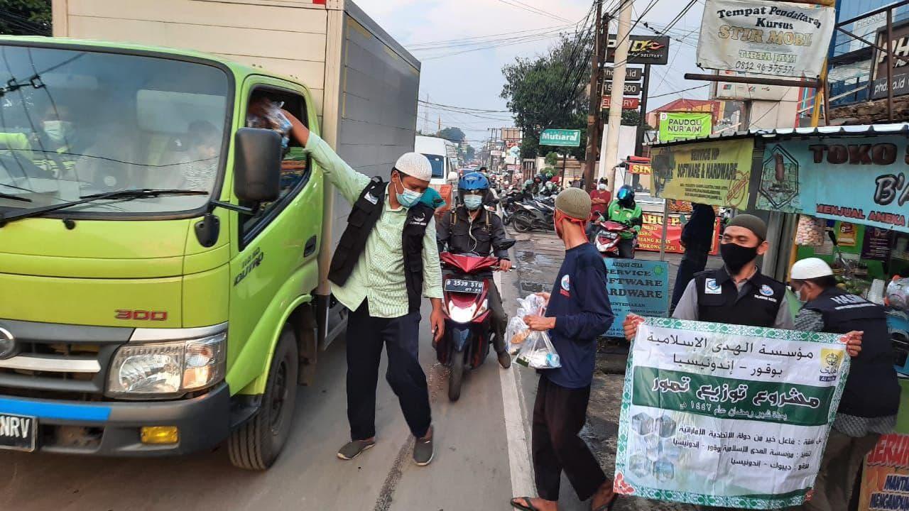 HASMI Depok Berbagi 350 Ta'Jil Gratis Untuk Pengguna Jalan