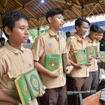 HASMI Penuhi Kebutuhan Al Qur'an di Pondok Pesantren Pasca Banjir